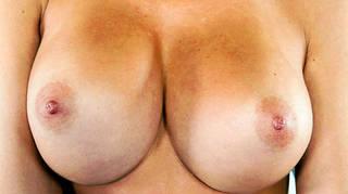 Les seins nus ferment les photos.
