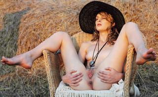 Mujer desnuda en el sombrero.