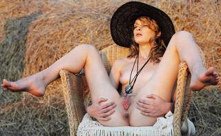 Nackte Frau in den Hut.
